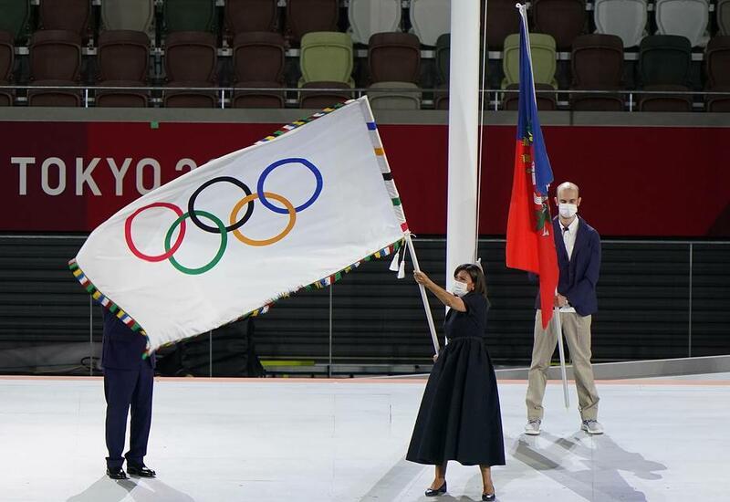 Президент МОК передал олимпийский флаг мэру Парижа