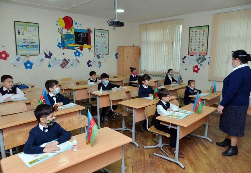 В Азербайджане отменяется требование о дистанции между партами в классных комнатах