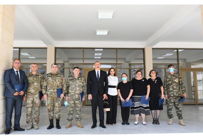 Президент Ильхам Алиев и Первая леди Мехрибан Алиева приняли участие в церемонии вручения квартир и автомобилей семьям шехидов, инвалидов войны и героев Отечественной войны