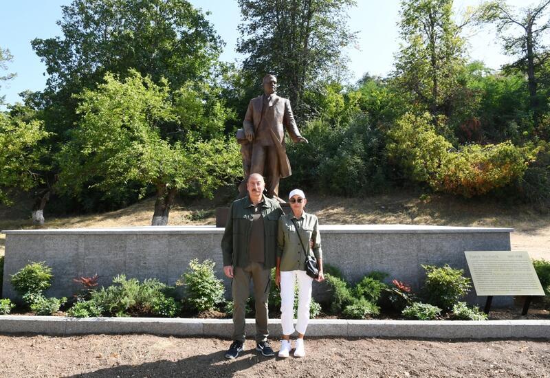 Президент Ильхам Алиев и первая леди Мехрибан Алиева приняли участие в открытии в Шуше памятника Узеиру Гаджибейли