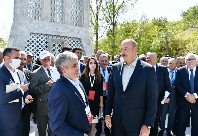 Президент Ильхам Алиев тепло побеседовал с участниками и шушинцами в рамках открытия Дней поэзии Вагифа в Шуше