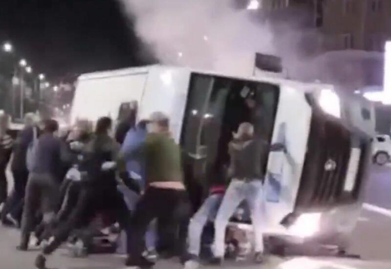 В России прохожие перевернули маршрутку, чтобы спасти пострадавших в ДТП