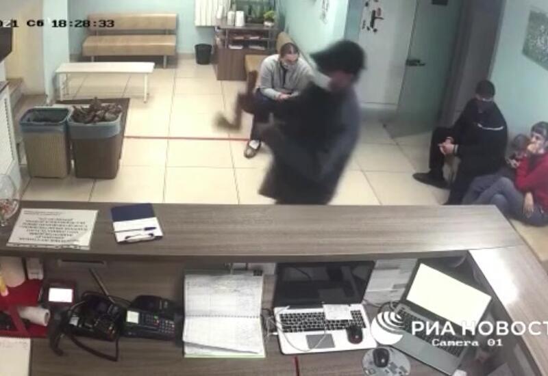 В России мужчина разнес топором ветклинику, в которой скончалась его собака