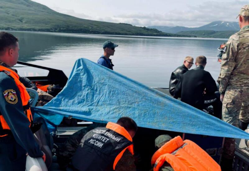 На Камчатке со дна озера подняли вертолет, потерпевший крушение с туристами на борту