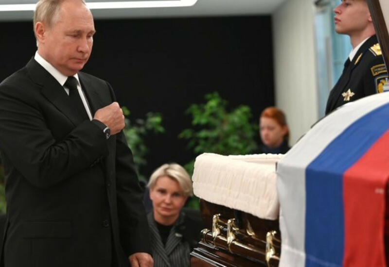 Владимир Путин простился с погибшим главой МЧС Зиничевым