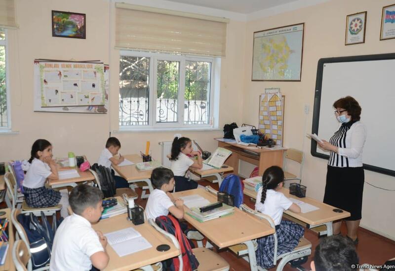 В Азербайджане приостанавливается процесс перевода учащихся школ