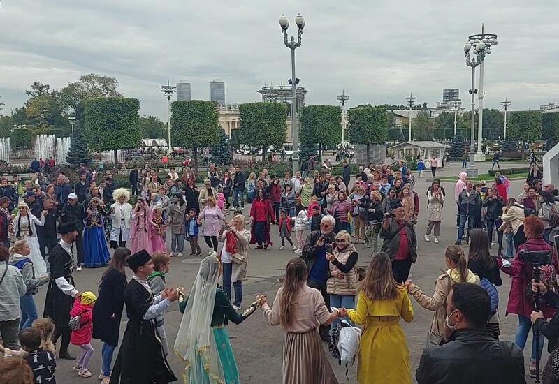 Танец яллы на праздничном мероприятии в России