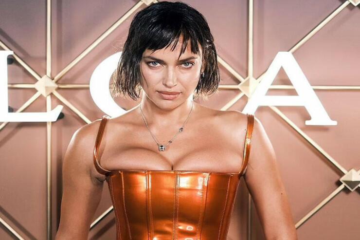 Ирина Шейк вышла на публику в корсете с декольте и подверглась критике в сети