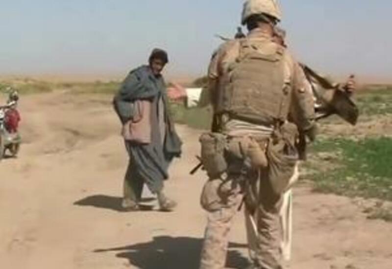 Американские военные показывают простым афганцам фотографии терактов 11 сентября