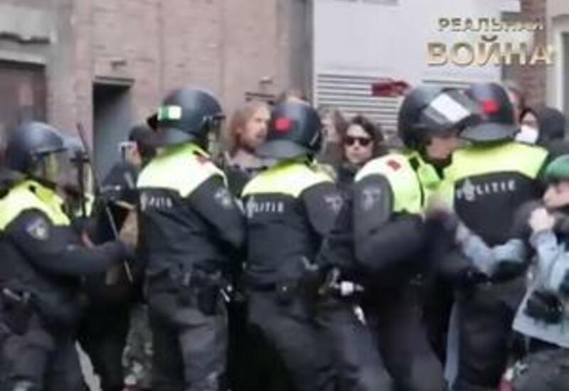 Полиция жестоко избивает протестующих в Амстердаме против роста цен на жилье