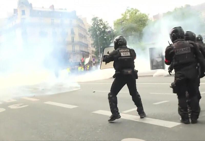 В Париже произошли жесткие столкновения между полицией и протестующими против санитарных пропусков