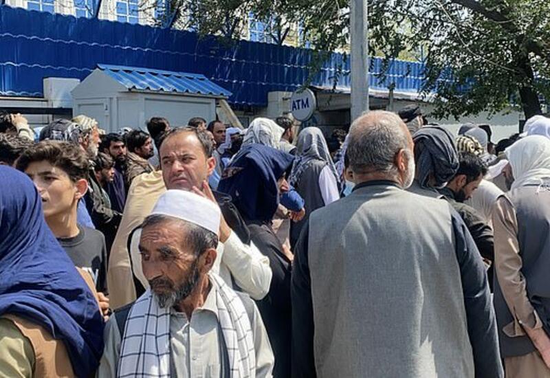 Кризис наличности в Афганистане: люди выстраиваются перед банками в огромные очереди