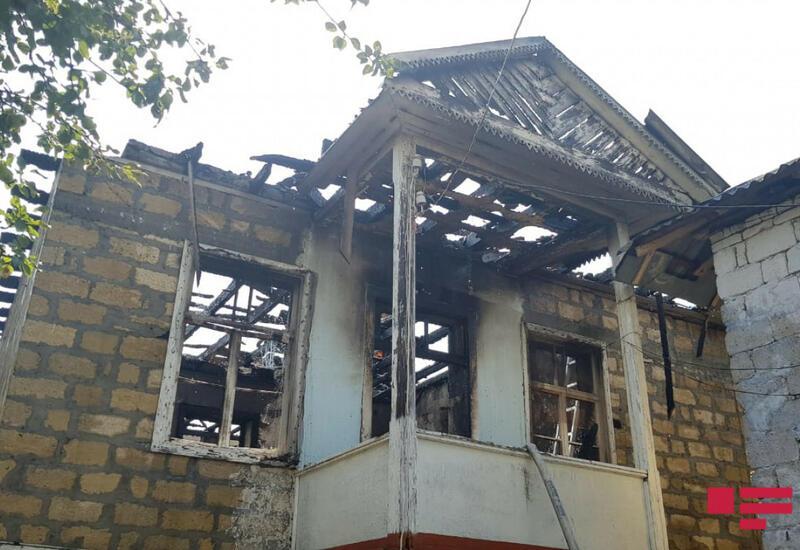 В Баку сгорел двухэтажный дом