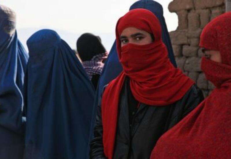 Талибы бьют палками неподобающе одетых женщин