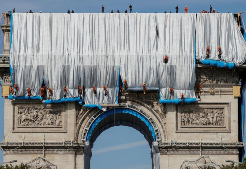 Триумфальную арку в Париже завернули в ткань за 14 млн евро