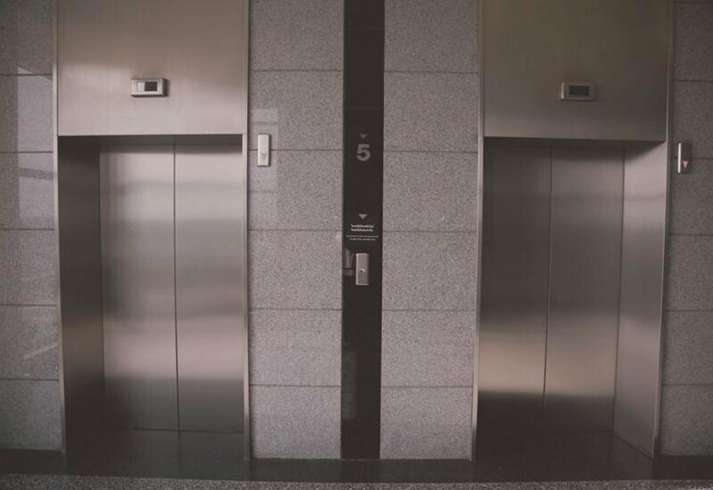 Зеркало придавило женщину в лифте в Подмосковье