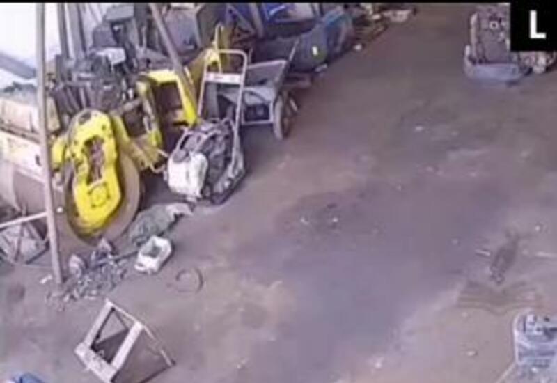 В России рабочий чуть не погиб во время ремонта грузовика