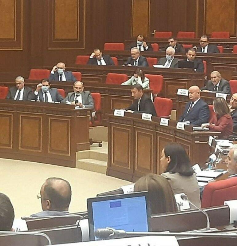 У армянских депутатов отняли бутылки с водой