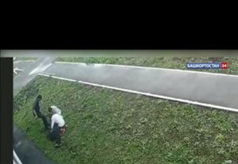 В России жестокое ограбление на улице попало на камеры