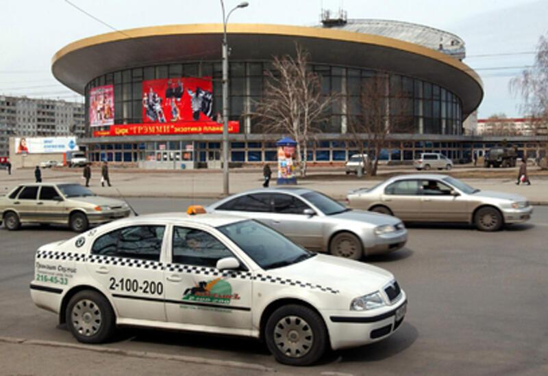 Таксист отказался везти россиянку с инвалидностью и оставил ее под дождем