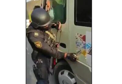 """Военнослужащие убирают """"флаг"""" сепаратистов со всех въезжающих в Азербайджан автобусов - ВИДЕО"""