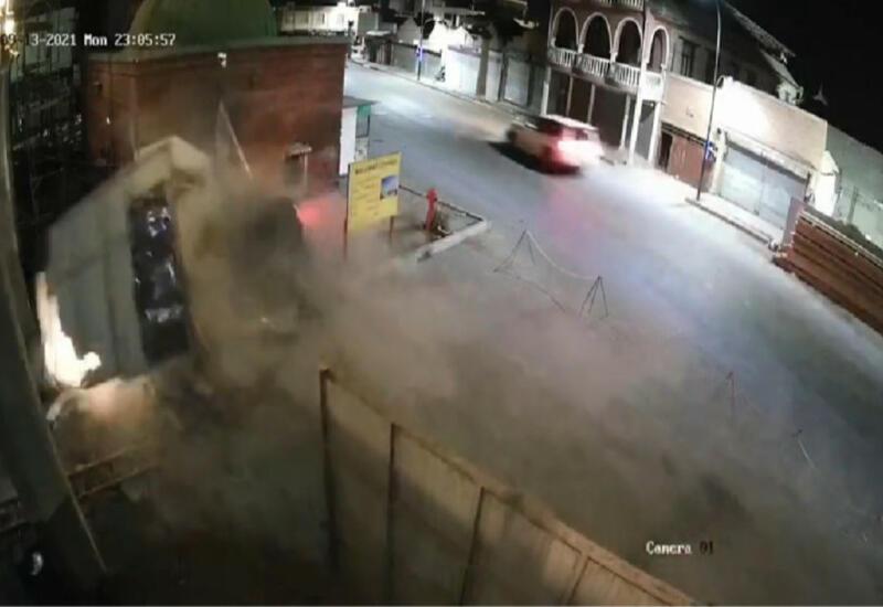 Жуткое ДТП в Гяндже: водитель на полном ходу врезался в будку охранников
