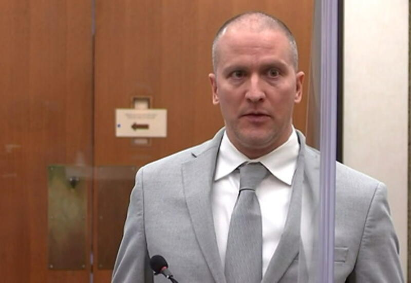 Убивший Флойда экс-полицейский отказался признать вину в удушении подростка