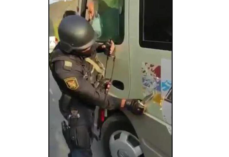 """Военнослужащие убирают """"флаг"""" сепаратистов со всех въезжающих в Азербайджан автобусов"""