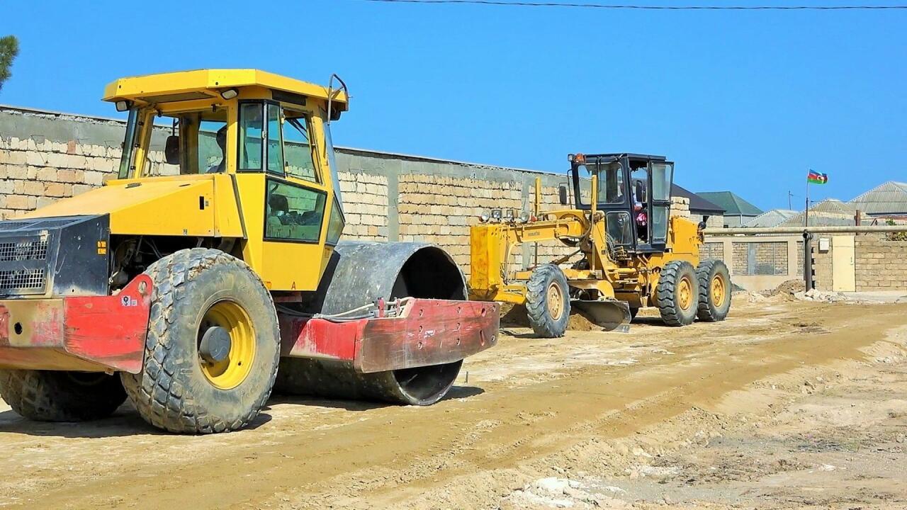 В Хазарском районе продолжаются масштабные работы по ремонту дорог