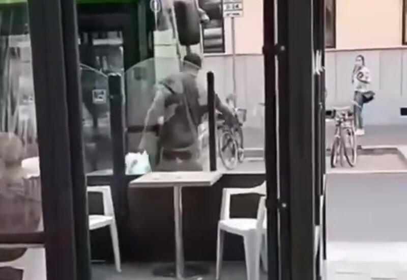 В Милане мигрант разбил лобовое стекло автобуса