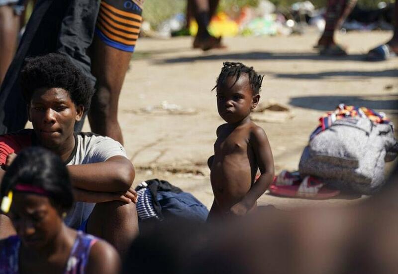 Тысячи беженцев с Гаити собрались под мостом в Техасе