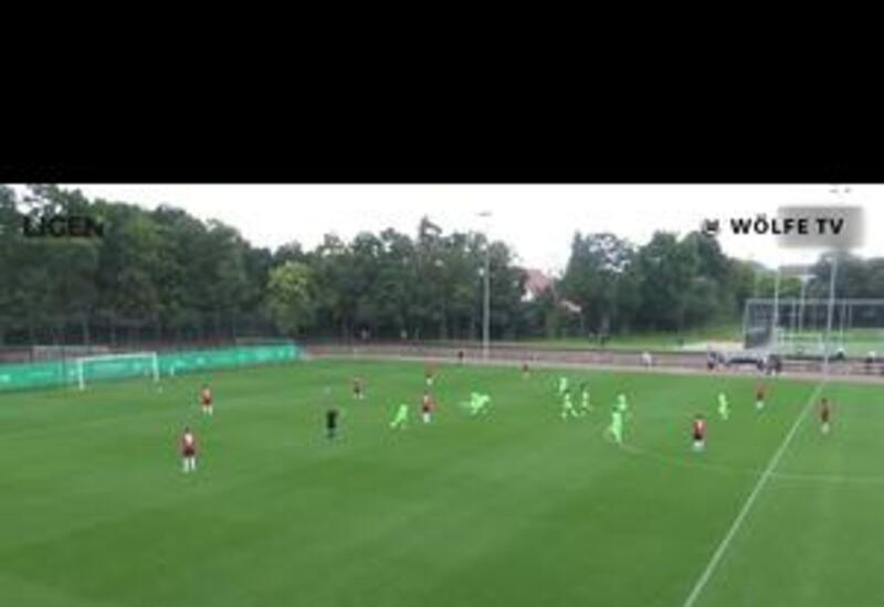 16-летний вундеркинд из Вольфсбурга забивает мяч с центра поля