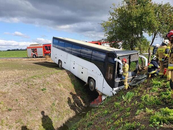 В Польше автобус с десятками детей слетел в кювет