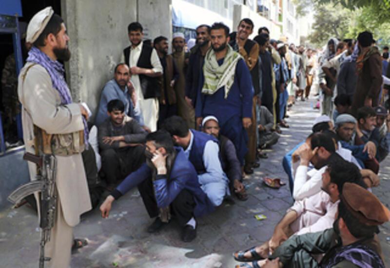 Огромные очереди к банкоматам в Кабуле: обнищание населения нарастает