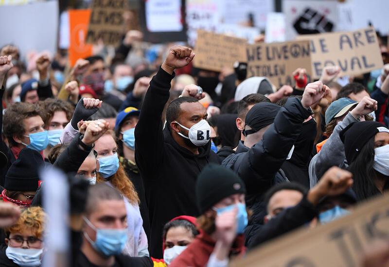 В Австралии полиция обстреляла протестующих