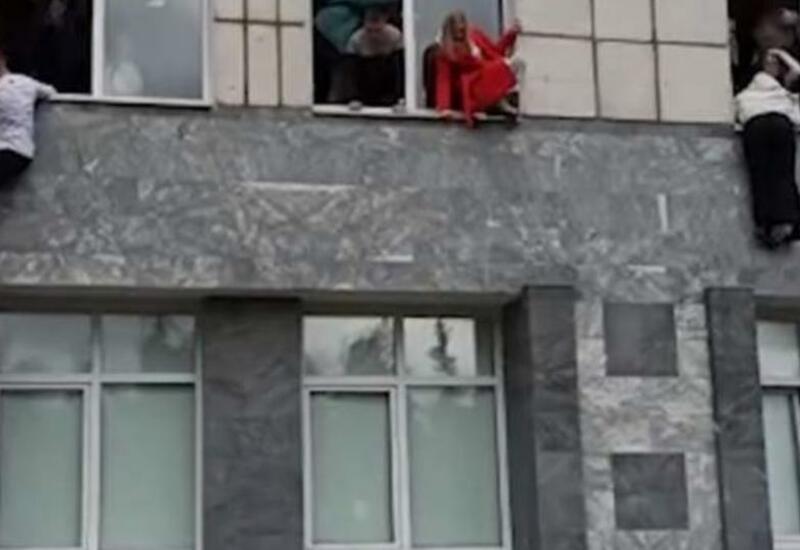 Студенты российского вуза, в котором произошла стрельба, покидают здание через окна