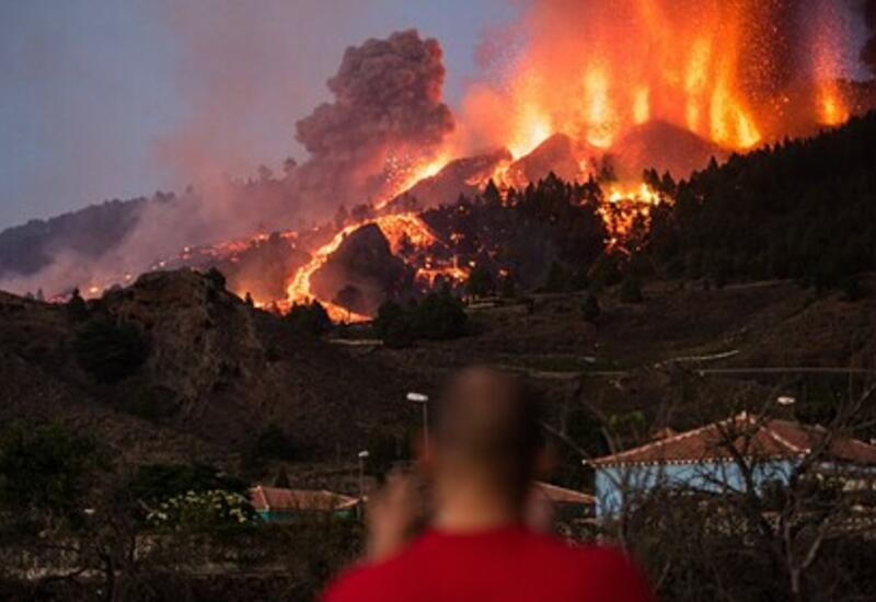 Лава подошла к жилым домам и заблокировала дороги на острове Пальма