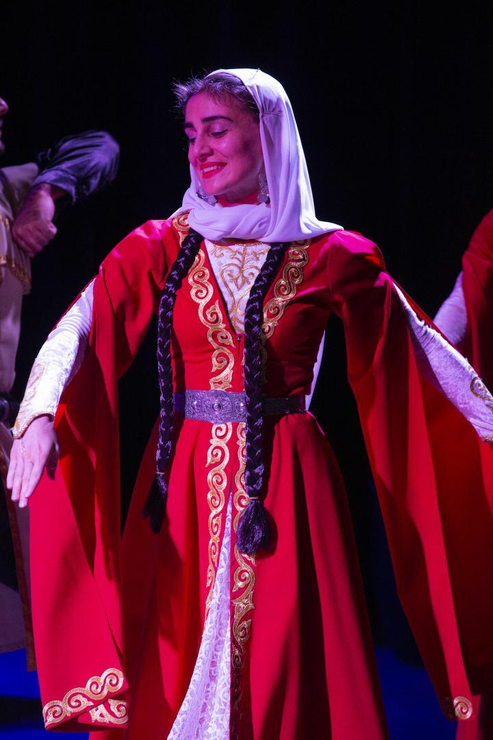 Увлекательное путешествие в мир национальной музыки и танцев на сцене YARAT