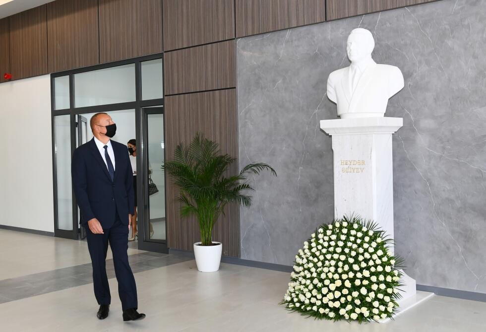 Президент Ильхам Алиев и Первая леди Мехрибан Алиева приняли участие в открытии нового здания Бакинского Европейского лицея