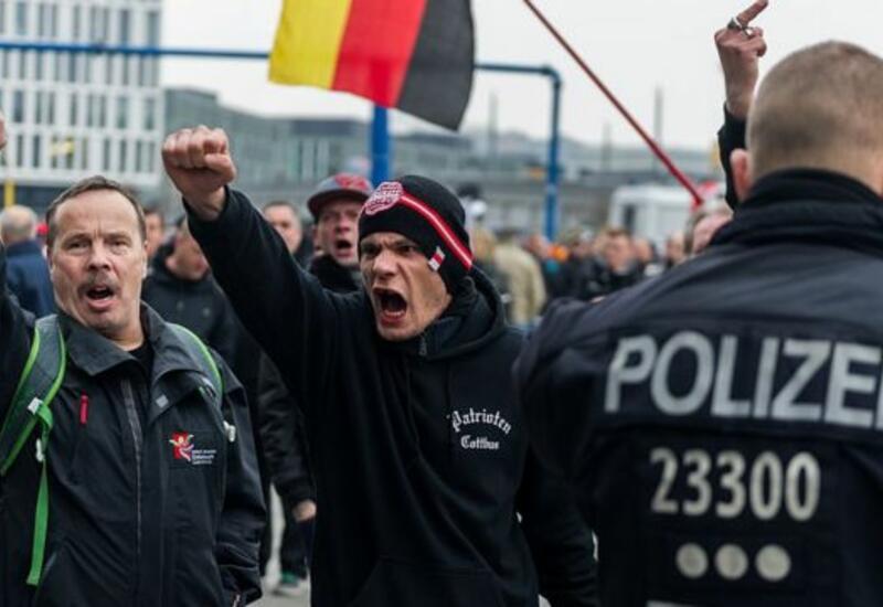 """Участники движения """"Антифа"""" прошли в черном строю по улицам Лейпцига"""