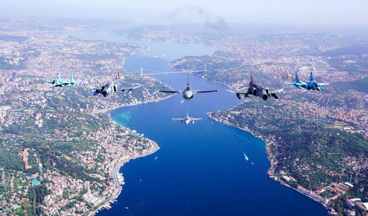 Азербайджанские и турецкие истребители пролетели над Босфором