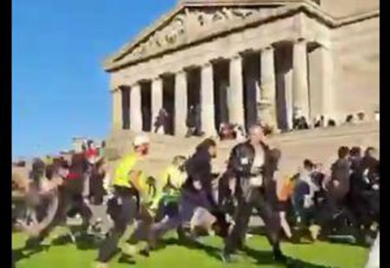 Очередные кадры жестких столкновений полиции с протестующими в Австралии