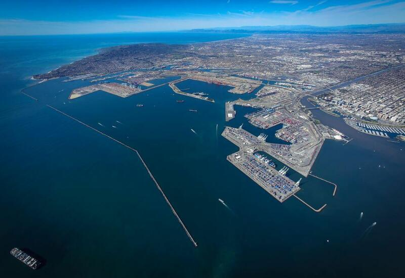 Более 60 судов застряли в двух крупнейших портах США