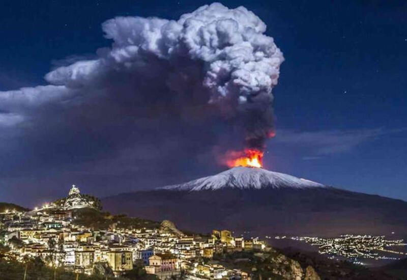 Вулкан Этна на Сицилии выбросил пепел на высоту девять километров