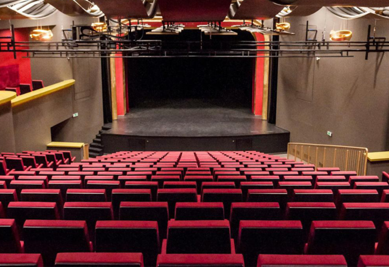 В Азербайджане возобновляется деятельность театров и кинотеатров