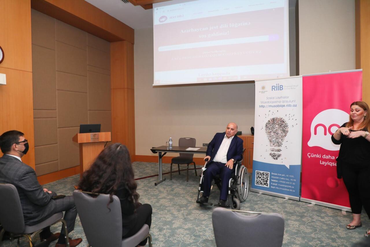 В Азербайджане составлен первый электронный словарь языка жестов