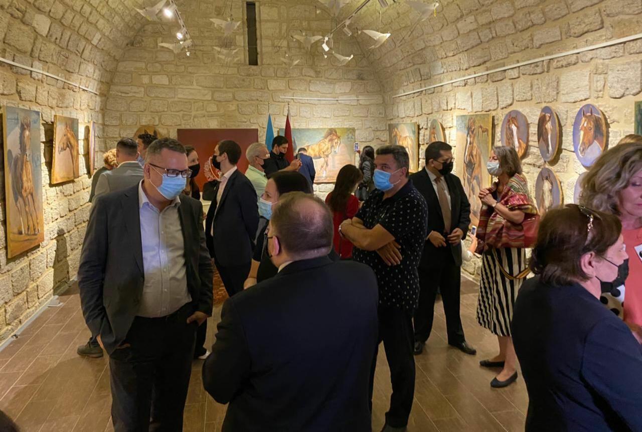 """В Баку открылась выставка известной латвийской художницы """"Карабахские скакуны"""""""