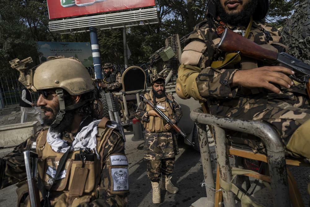 Талибы вывесили мертвые тела на главной площади Герата