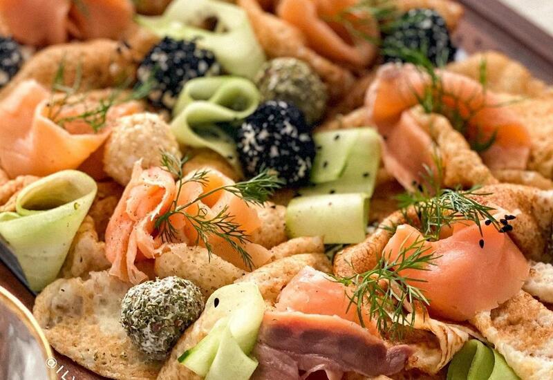 Идея эффектной подачи блинов с копченым лососем в блоге Или Мамедовой