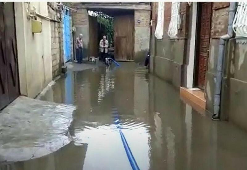 В Баку отвели воду из затопленных частных домов и дворов